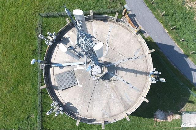 Photo verticale d'une antenne Télécom fixée sur un château d'eau