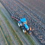 exploitant agricole en tracteur