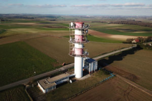 Photo aérienne, antenne radio par drone.