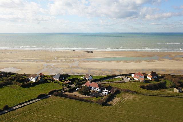 Hameau de maison bord de plage. Photo par drone.